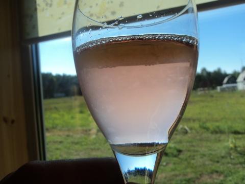Цвет розового вина в бокале.