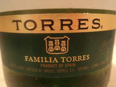 Логотип Торрес на бутылке белого вина