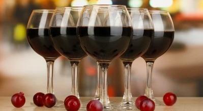 бокалы с вином на столе