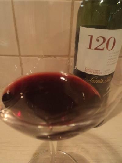 красное сухое чилийское вино Санта Рита Каберне Совиньон в бокале