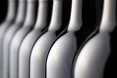 ряд бутылок с красным вином
