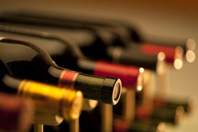 вино в бутылках в погребе