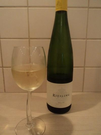 Рислинг белое вино Эльзас буьыылка и бокал