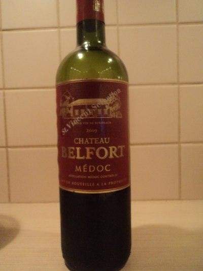 бутылка красного замкового вина бордо