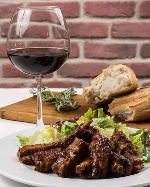 вино и свинина барбекю